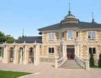 Красивый дом с архитектурным декором